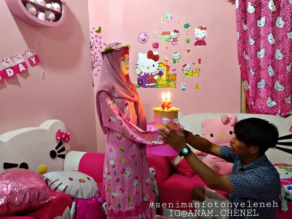 pria nikahi manekin beri kejutan ultah © Facebook/anam.distro