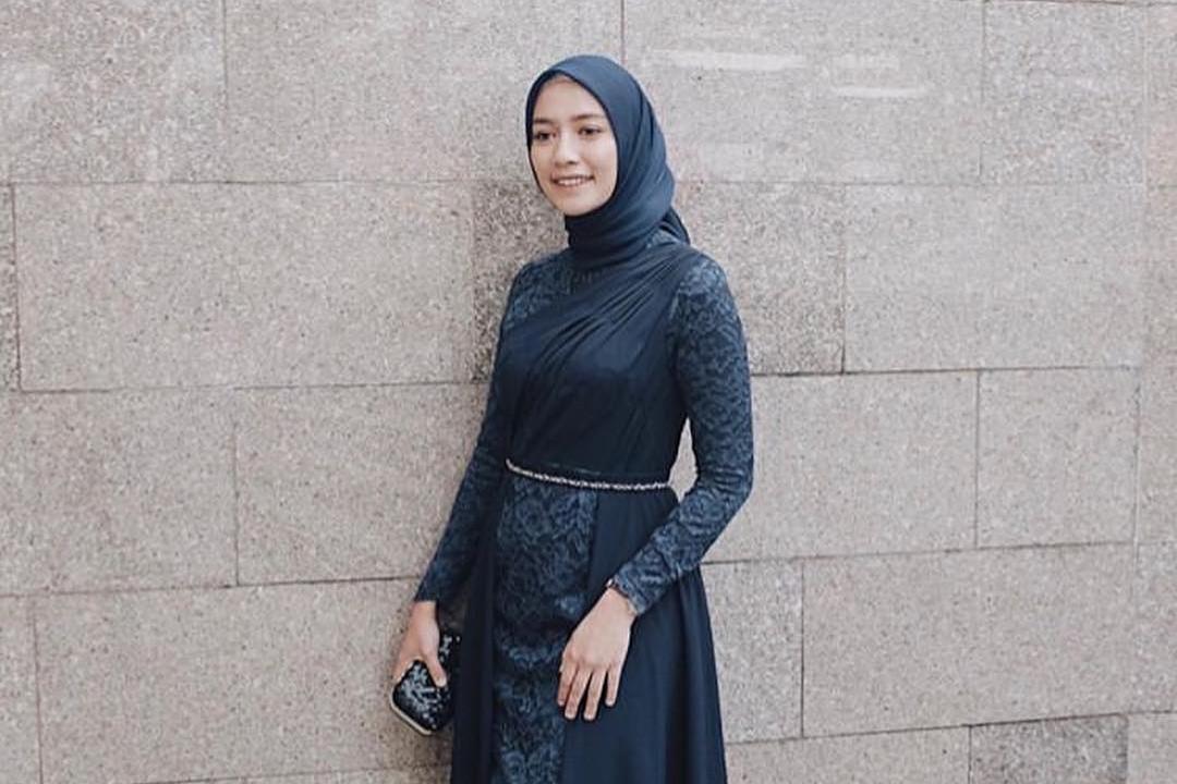 15 Inspirasi padu padan kebaya dengan hijab, elegan dan kekinian