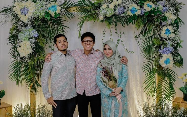 iqbaal ramadhan di nikahan kakak © 2019 brilio.net