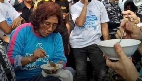 politisi makan di kaki lima © 2019 brilio.net