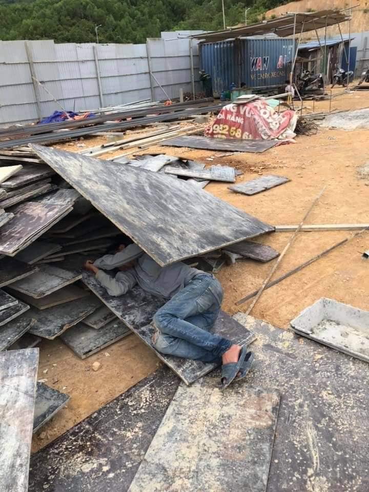 potret pekerja tidur di tumpukan material © Facebook/tarzanx.camry