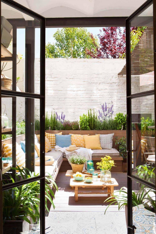Desain ruang tamu outdoor © 2019 brilio.net