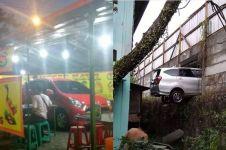 8 Kejadian apes saat parkir mobil, pengen ketawa tapi kasihan