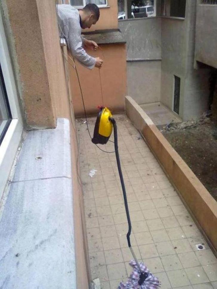 Kelakuan absurd orang menyelesaikan tugas di rumah istimewa