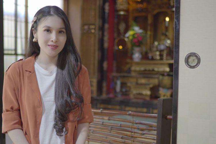 Tips padu padan menggunakan perhiasan emas ala Sandra Dewi