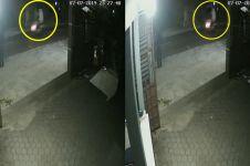 Terekam CCTV pemotor bonceng sosok mirip pocong, bikin merinding