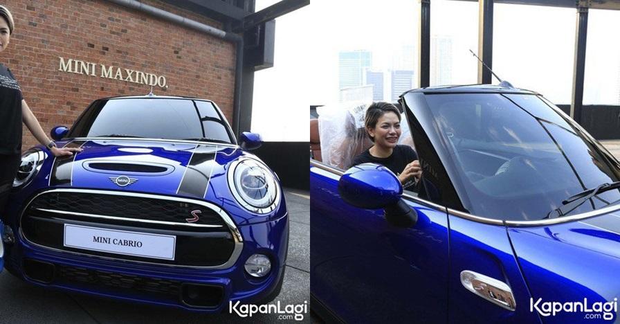 9 Potret Nikita Mirzani pamer mobil limited edition, kado untuk anak