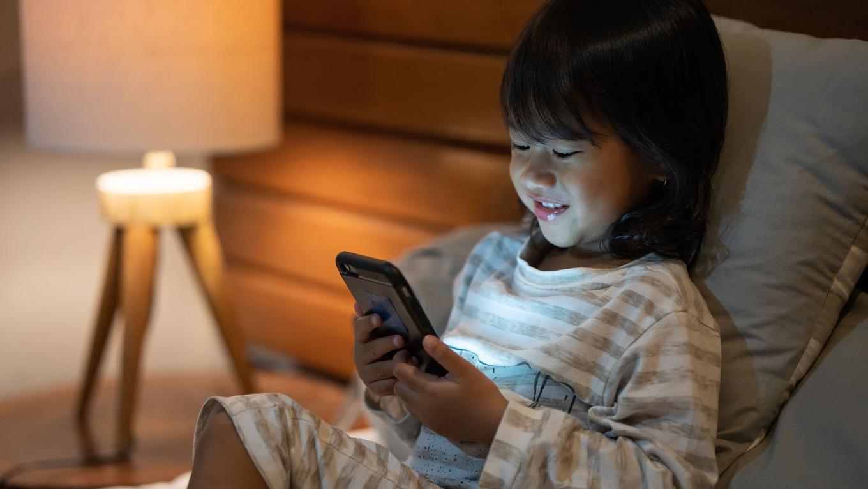 Bukan dicoret wajahnya, ini cara agar anak tak kecanduan gadget