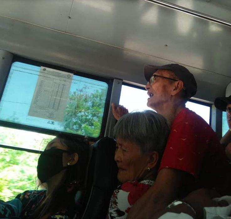 Pasangan tua ini 'dipaksa' berdiri di bus yang ramai