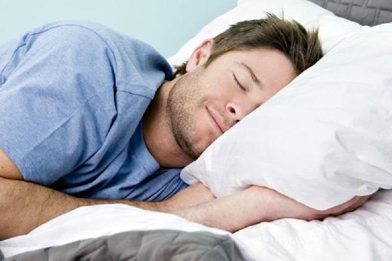 6 Manfaat tidur miring ke kiri bagi kesehatan, baik untuk pencernaan