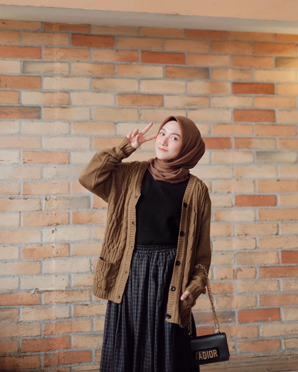 Inspirasi padu padan cardigan hijab wanita instagram
