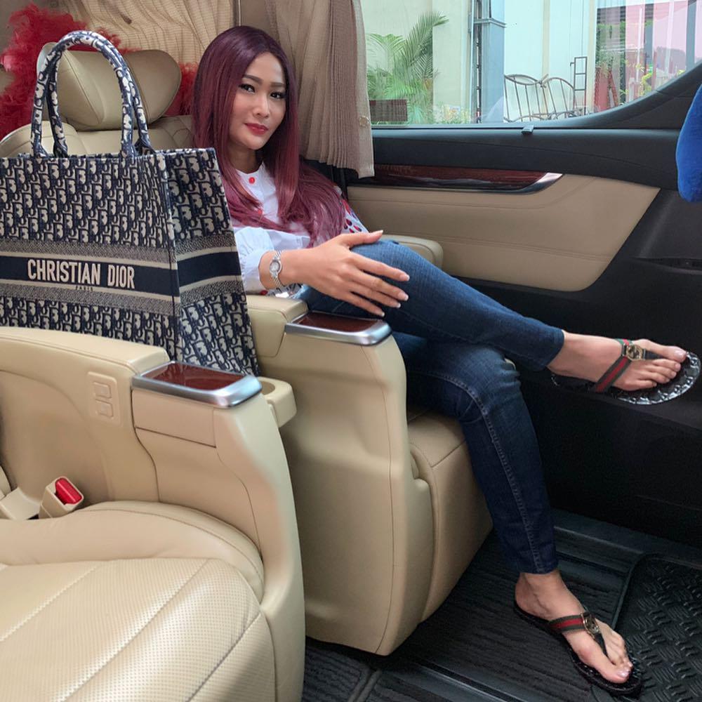 potret interior mobil Inul Daratista instagram