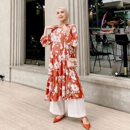 15 Inspirasi padu padan tunik dengan celana, tampilan makin kece