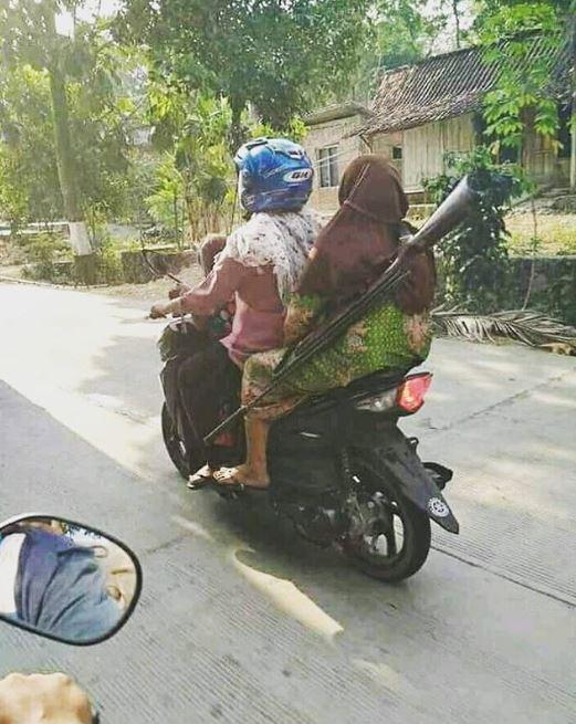 ulah emak emak naik motor © 2019 brilio.net