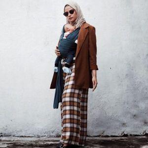 15 Inspirasi padupadan blazer dengan hijab, cantik dan elegan