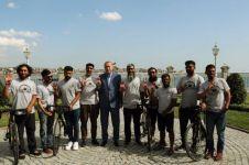 Kisah 8 pria bersepeda lewati 17 negara untuk berhaji bikin salut