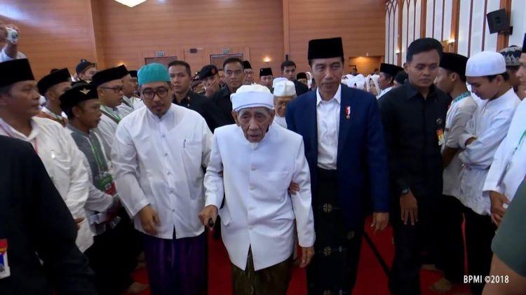 Jokowi, sorban hijau dan kenangan saat salat diimami Mbah Moen
