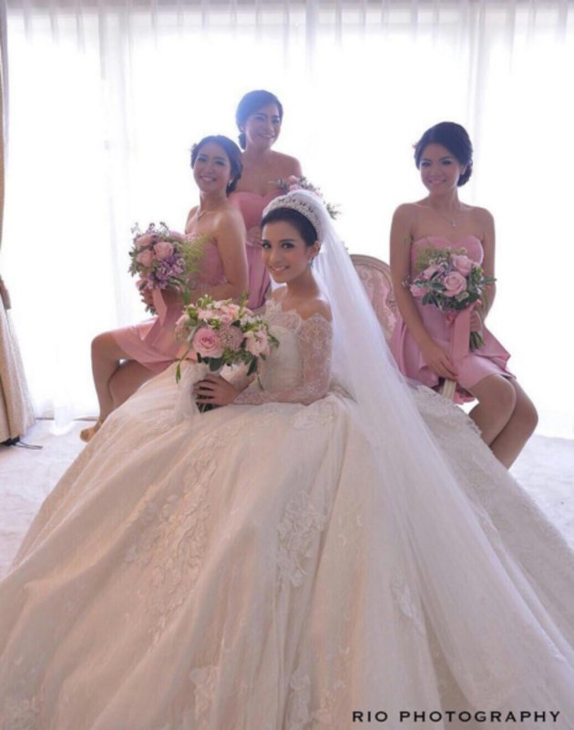 gaun pengantin seleb swarovski  © 2019 brilio.net