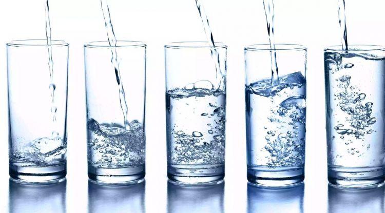 6 Waktu penting minum air putih yang bikin badan sehat bugar