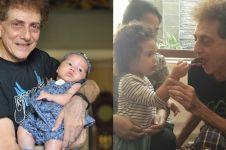 6 Momen Ahmad Albar momong anaknya yang masih balita, berasa cucu
