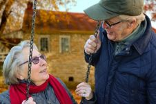 8 Cara agar hidup lebih bahagia & sehat seiring bertambahnya usia