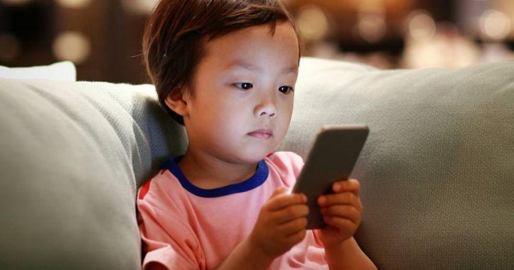 Cara ayah ini agar sang anak tak kecanduan ponsel bikin salut