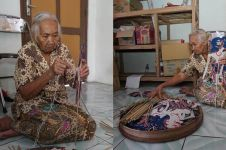 Kisah Mbah Atmo, nenek 82 tahun perajin mainan tradisional