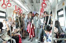 Bukan di panggung catwalk, fashion show ini digelar di LRT