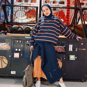 19 Padu padan pakaian motif stripe dengan hijab, simpel dan modis