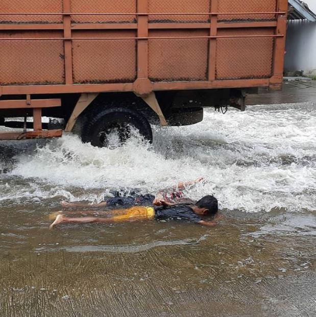 kelakuan orang saat banjir © 2019 brilio.net