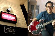 10 Potret studio musik Andre Taulany, banyak aksesori The Beatles