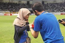 Pria ini lamar kekasihnya di tengah laga sepak bola Liga Indonesia