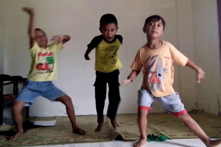 10 Aksi lucu bocah joget, semangatnya bikin pengen ikut goyang