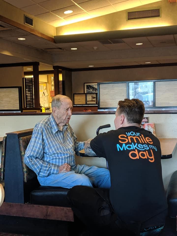 pegawai restoran bertato temani veteran perang viral © Facebook/lisa.shearer.meilander