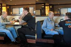 Temani pria tua makan, potret pegawai restoran bertato ini viral