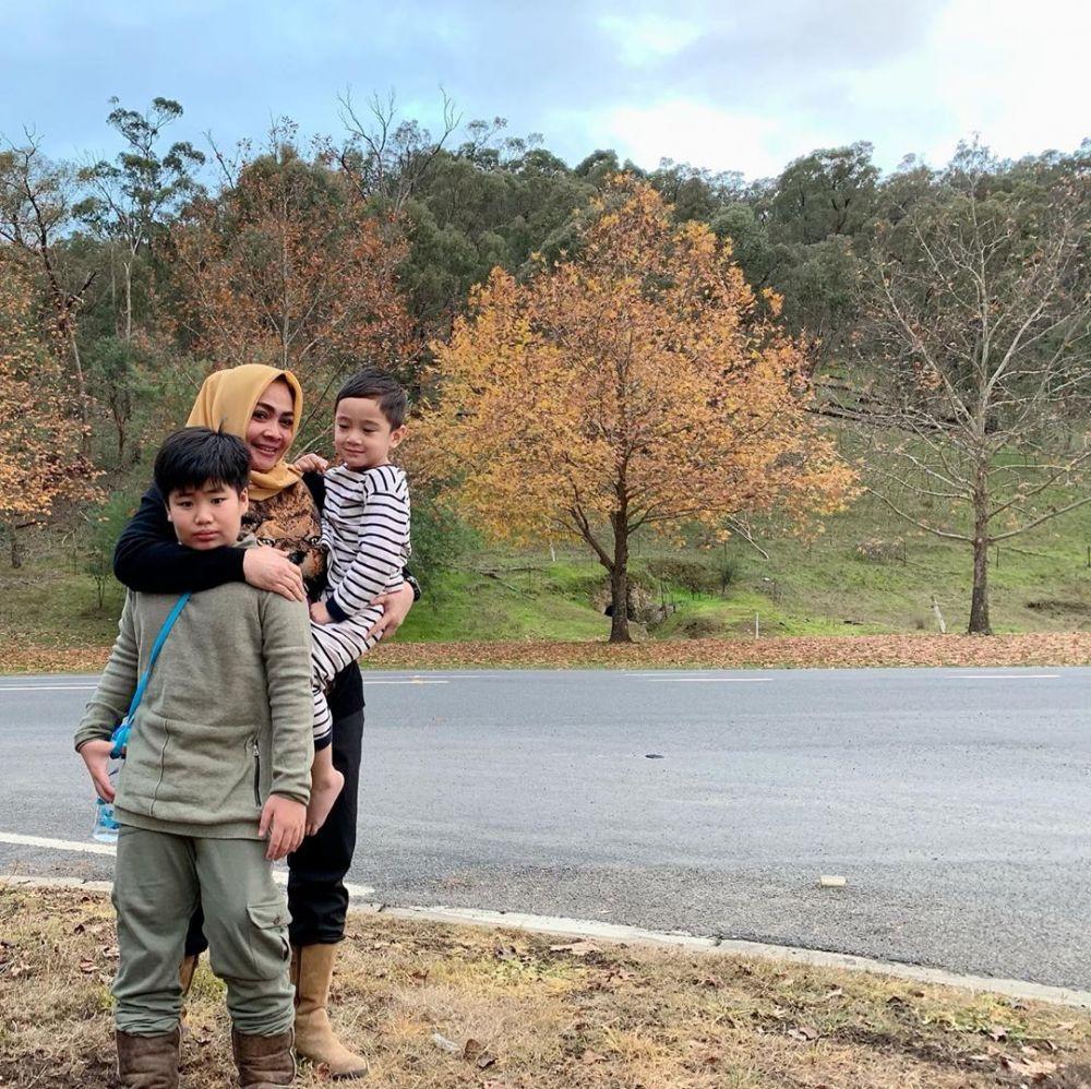 Momen kedekatan Rieta Amilia dan putra angkatnya © 2019 brilio.net
