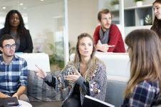 12 Topik percakapan yang nggak boleh dibahas dengan rekan kerja