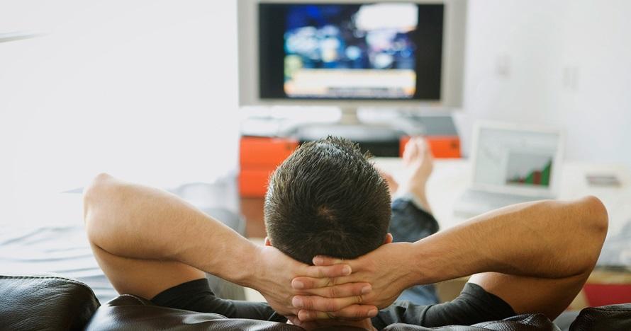 Penelitian: Nonton TV lebih berisiko dibanding duduk di kantor © 2019 brilio.net