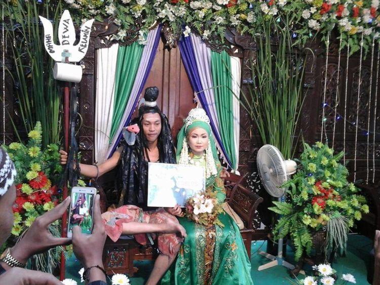 pose 10 pengantin di pelaminan nggak habis pikir © berbagai sumber