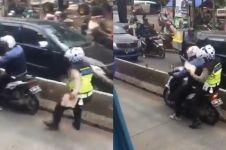 Viral cara unik polisi tilang pemotor di busway, dipuji Prabowo
