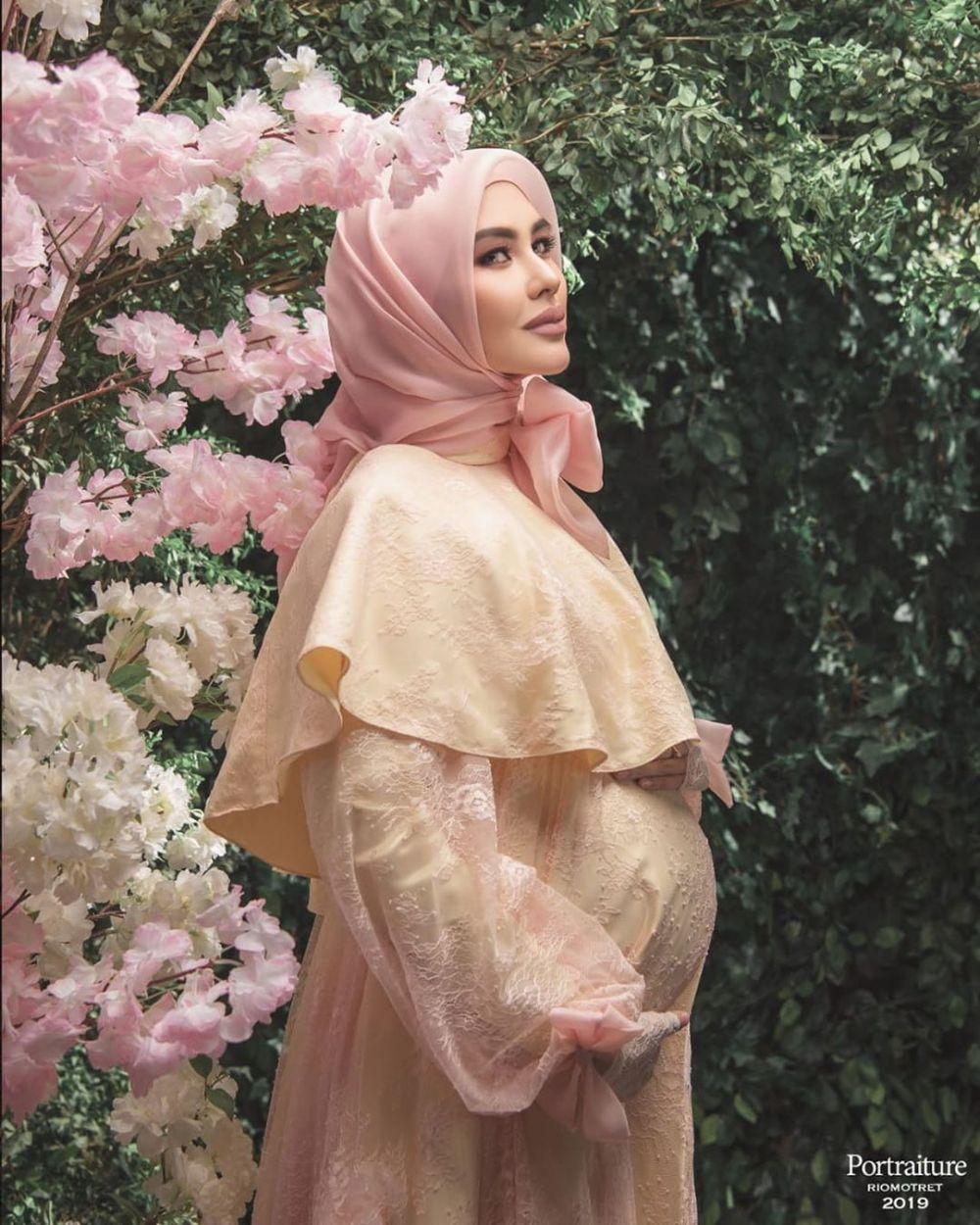 7 Potret maternity Kartika Putri unik dan elegan © 2019 brilio.net