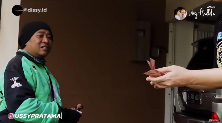 Aksi Ussy & Andhika bagi rezeki ke driver ojek online   © 2019 brilio.net