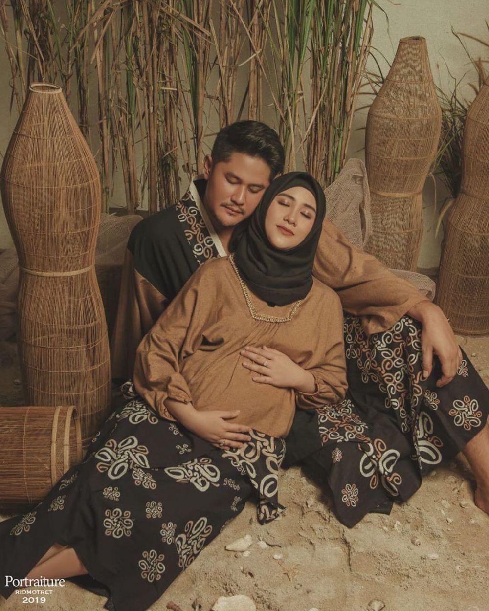 Inspirasi gaya maternity seleb berhijab © 2019 brilio.net