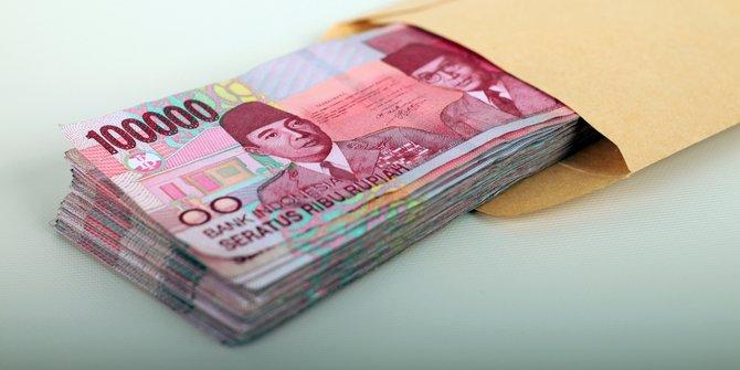 diam-diam masukin uang ke dompet tunangan © berbagai sumber