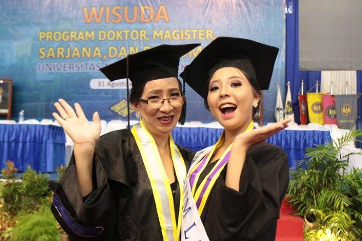 Kisah Lala anak berkebutuhan khusus yang jadi lulusan termuda UNY