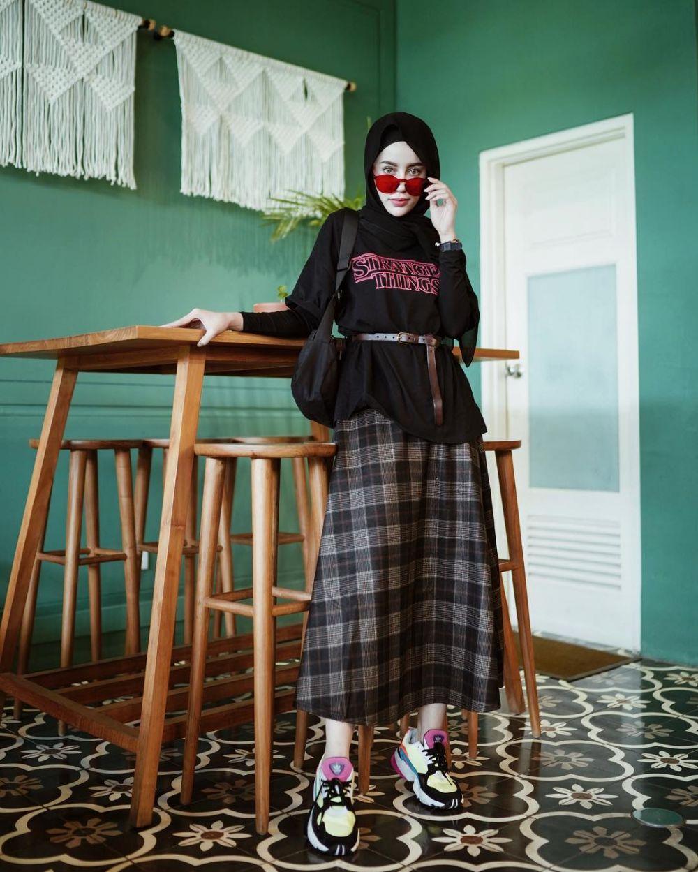 12 Inspirasi padu padan kaus lengan pendek untuk hijabers Instagram