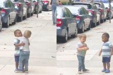 Video dua bocah laki-laki berpelukan di jalanan ini bikin haru