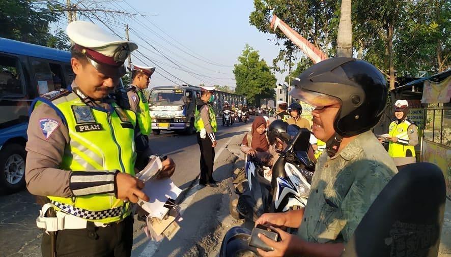 Razia lalu lintas mertua sendiri, aksi polisi ini bikin salut