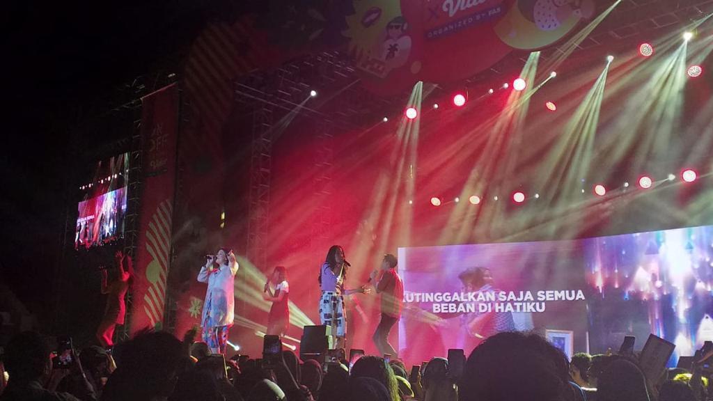 Lagu Bebas milik Iwa K sukses dibawakan di ON OFF Festival