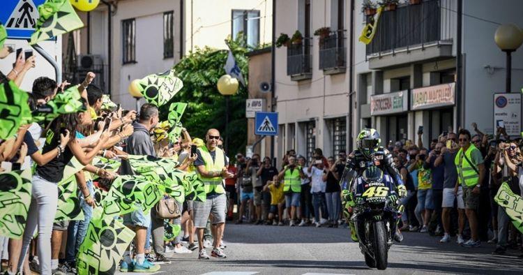 11 Momen Valentino Rossi pulang kampung naik motor balap MotoGP